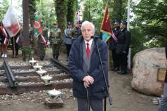 Na zdjęciu starszy mężczyzna przemawiający do mikrofonu