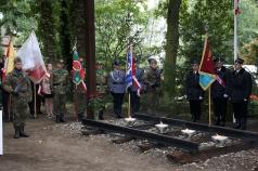 Na zdjęciu poczty sztandarowe zebrane wokół pomnika – krzyża