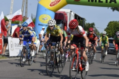 Na zdjęciu znajduje się grupa kolarzy podczas wyścigu