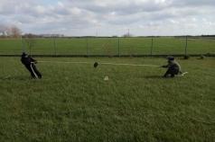 Na zdjęciu znajdują się chłopcy przeciągający linę