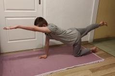 Na zdjęciu jest chłopiec ćwiczący jogę.