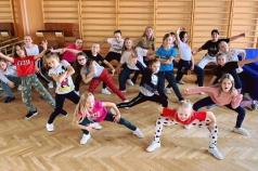 Na zdjęciu jest grupa uczniów, którzy tańczą
