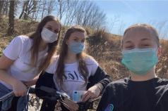 Na zdjęciu znajdują się 3 dziewczyny pozujące do zdjęcia w przerwie przejażdżki rowerowej