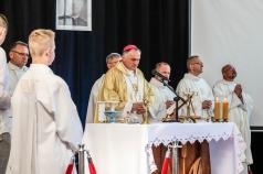 Księża odprawiający przy ołtarzu mszę