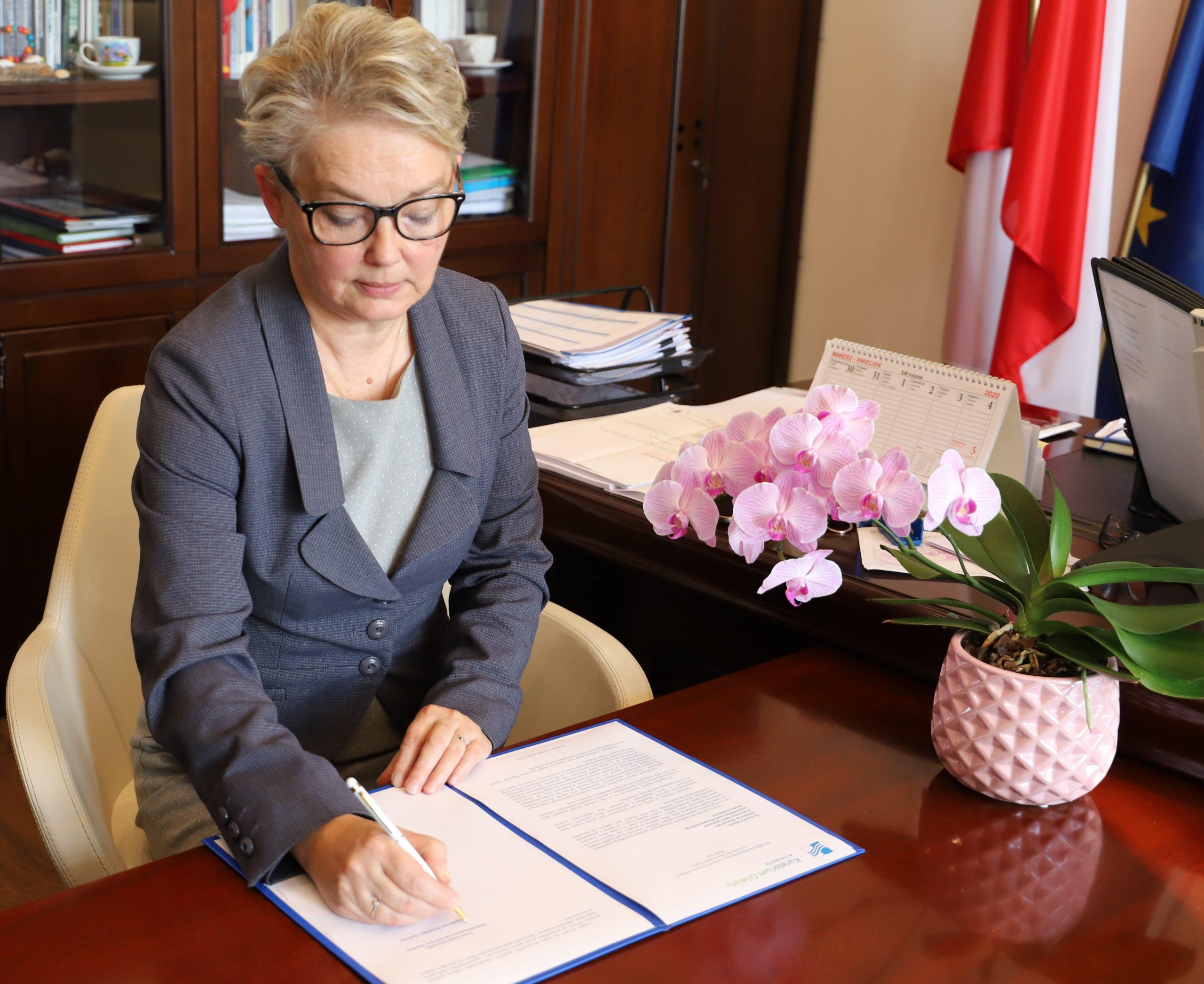 Kobieta podpisująca list